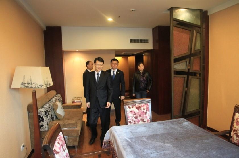 近期,中国名酒店组织派出两名考察组成员,对汇东大酒店申报加入中国名酒店组织进行了为期两天的考察,考察组成员对酒店的整体规模、各级设施、人员情况以及酒店特色进行了深入了解。2014年4月10日,中国名酒店组织正式批准汇东大酒店加入该组织。中国名酒店组织(China Famous Hotels Corporation, 简称CFHC)成立于1991年,总部设在北京,是由中国主要城市的著名豪华商务酒店、精品酒店、度假村及相关优秀旅游企业组成的最早酒店联合体。截止2013年底,中国名酒店组织已在全国28个省、市、